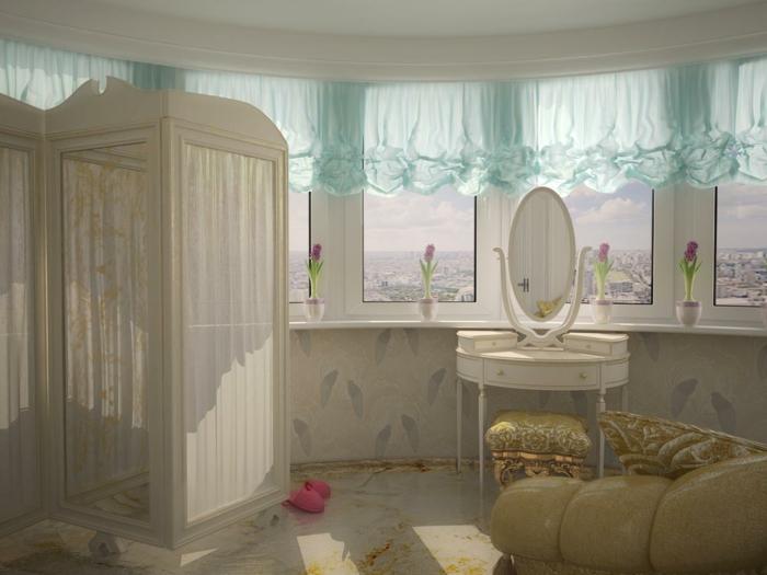 amenagement chambre, papier peint beige, grandes fenêtre, tabouret damassé en jaune, cantonnières bleue