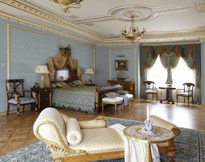 chaise romantique longue, table ronde avec contours en or, murs damassé en bleu clair, lit en bois
