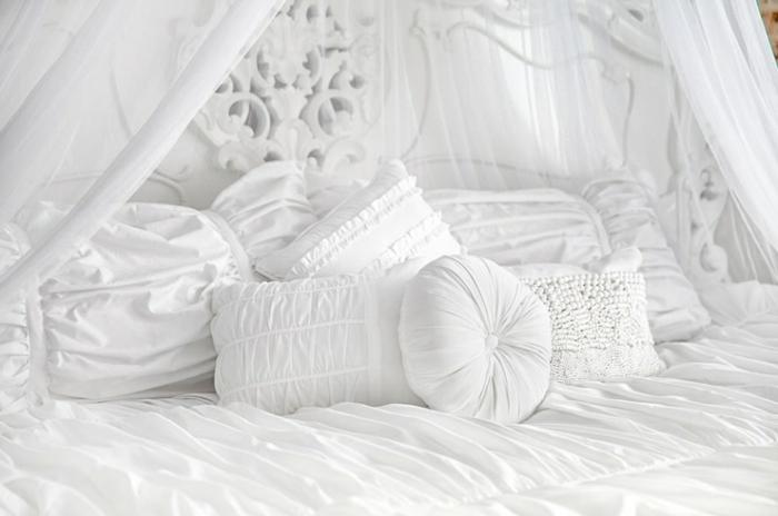 idée déco chambre, murs blancs, couverture de lit en blanc, tête de lit en motifs volutes