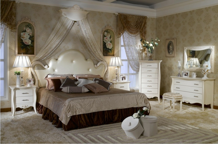 boudoir parisien, tête de lit blanche, voiles champagne, cantonnière marron à franges, miroir vintage