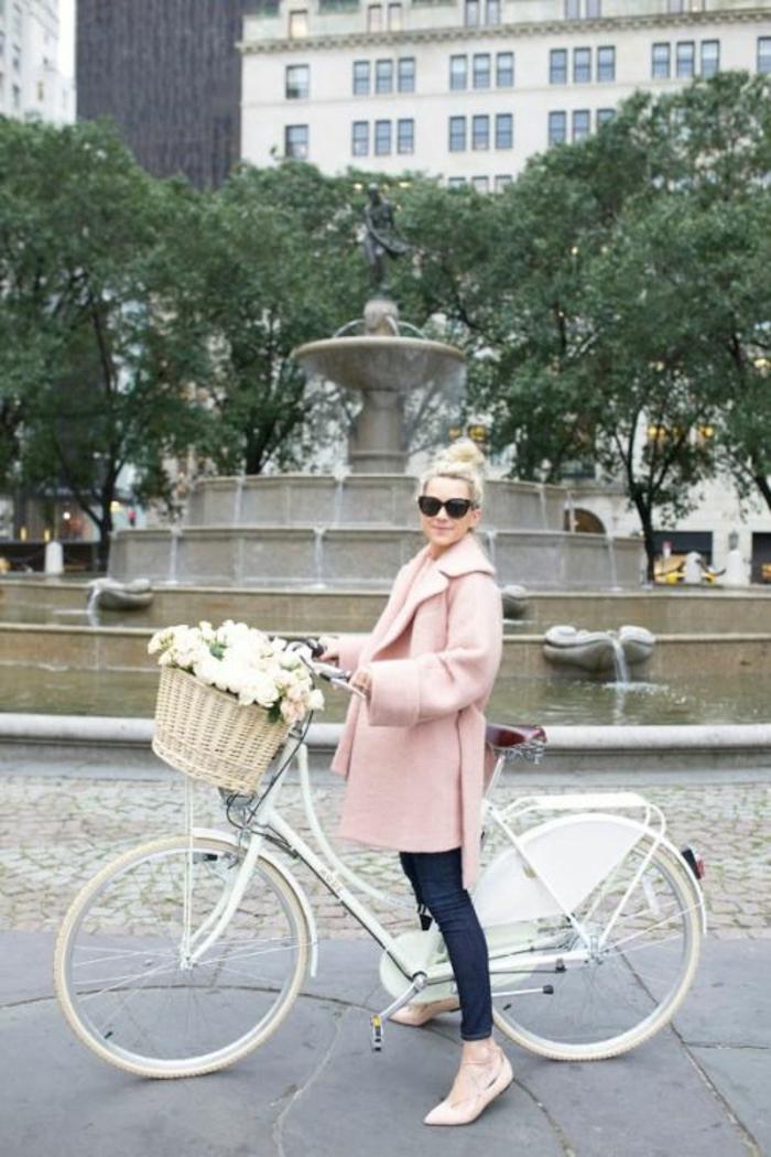 style vestimentaire femme bicyclette blanche fleurs dans basket manteau rose Zara