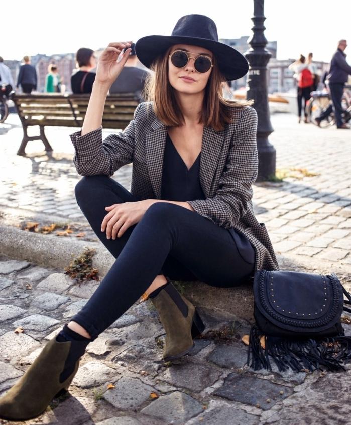 que mettre avec un pantalon noir, capeline noire, blazer gris, chemise avec décolleté en V, bottines kaki