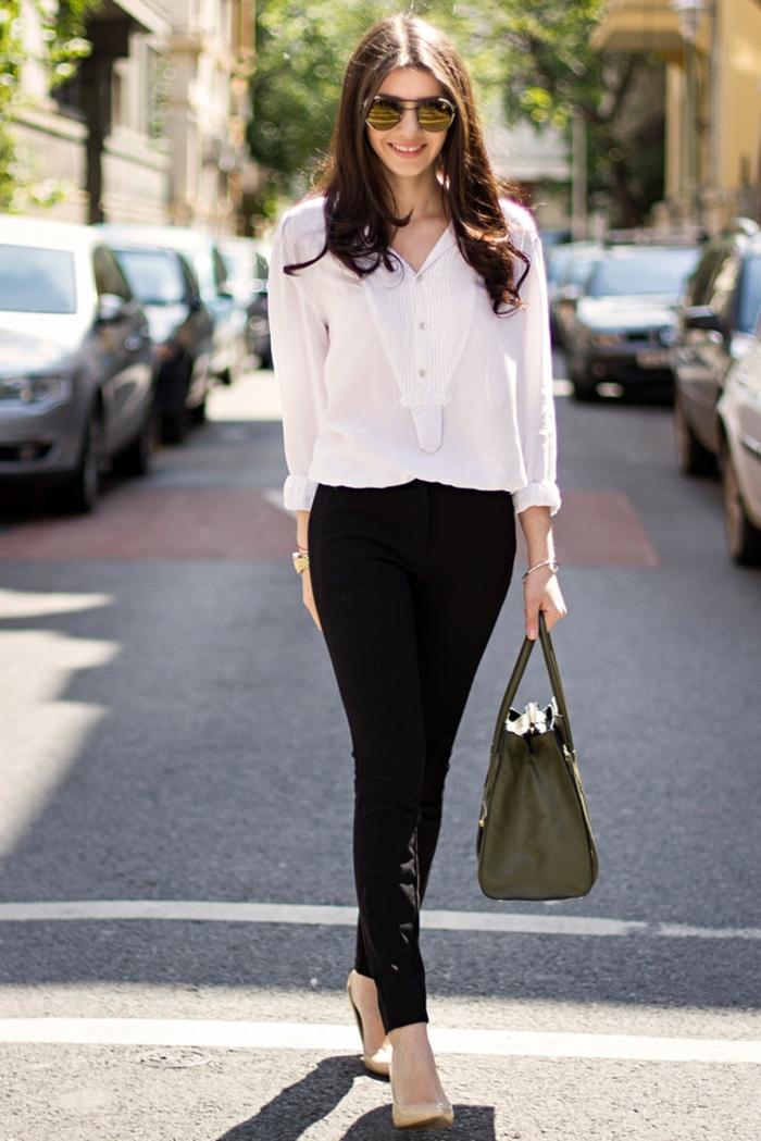 que mettre avec un pantalon noir, chemise blanche en décolleté V, sac à main en cuir kaki, chaussures beige