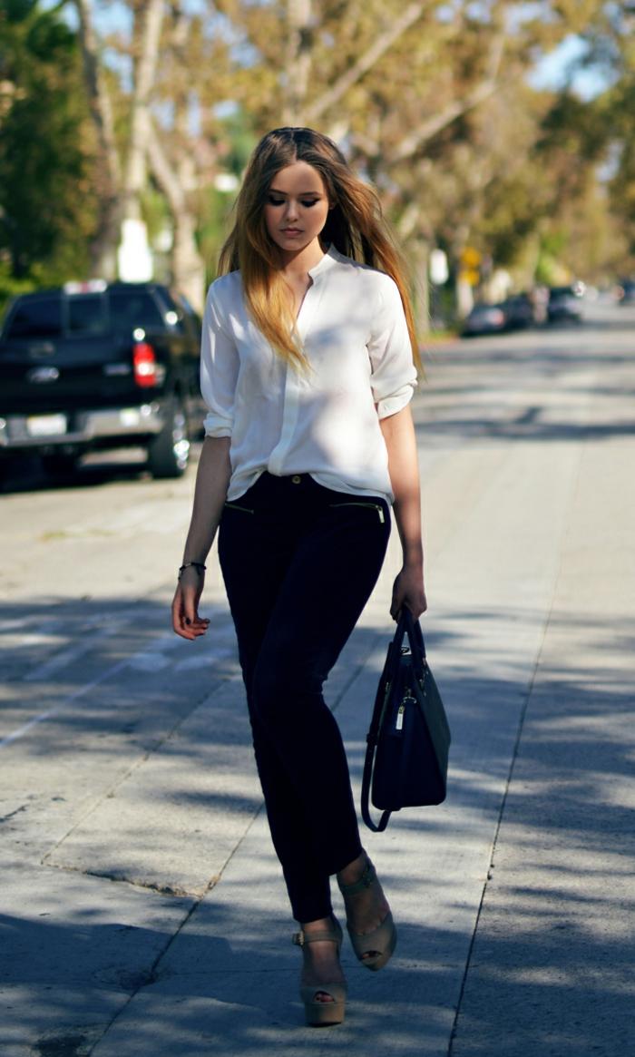 que mettre avec un pantalon noir, sandales beige, chemise blanche avec manches mi-longs, coiffure balayage