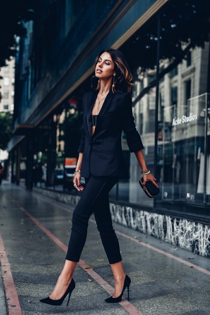 que mettre avec un pantalon noir, blazer noir, pantalon 7/8, chaussures à talons, collier en or, bracelet en argent
