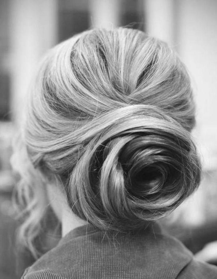 chignon facile a faire, cheveux fixés avec des pincesn chignon tordu