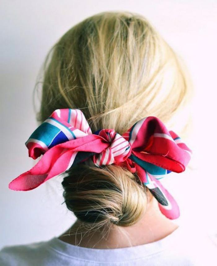 chignon facile à faire, chignon embelli avec un foulard multicolore