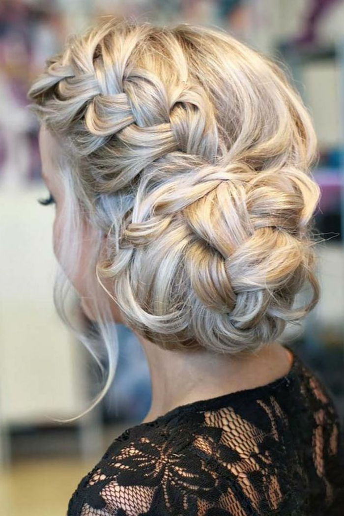 chignon facile à faire, chignon tresse sur cheveux blonds, blouse noire avec dentelle