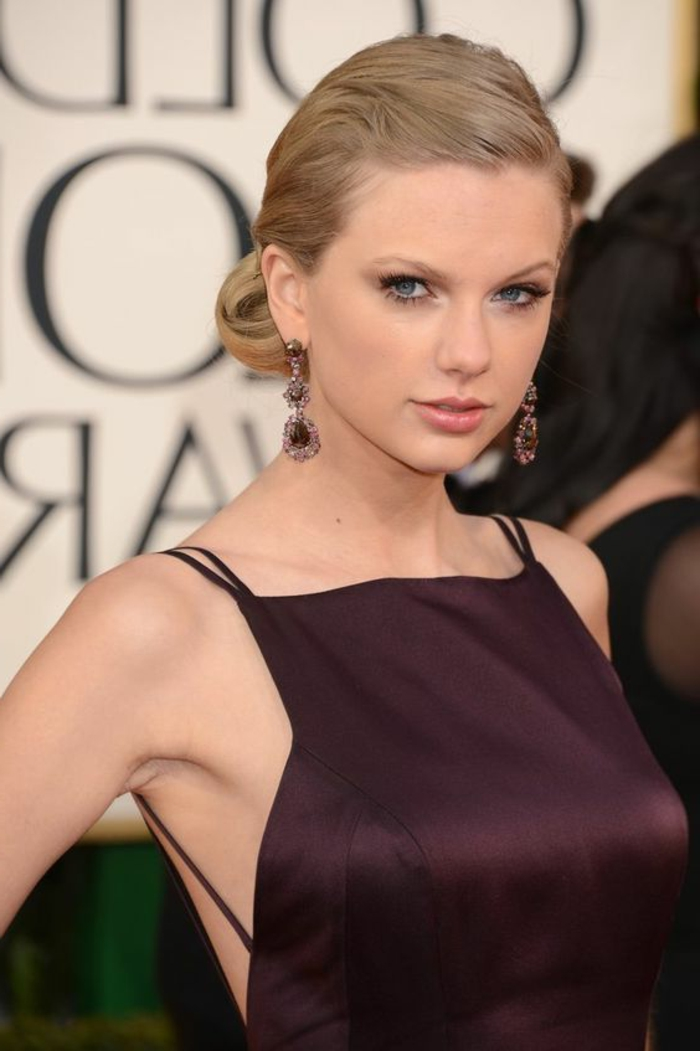 chignon facile à faire, Taylor Swift et sa coiffure jolie, petit chignon bas
