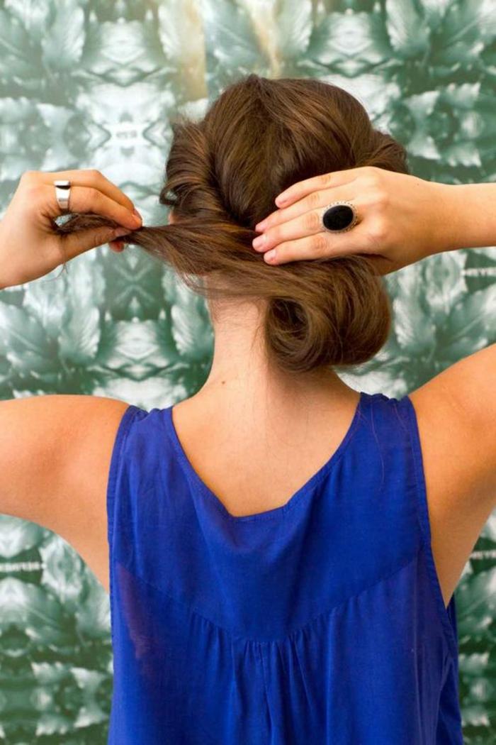 chignon facile a faire, coiffure romantique et simple, cheveux chataîns