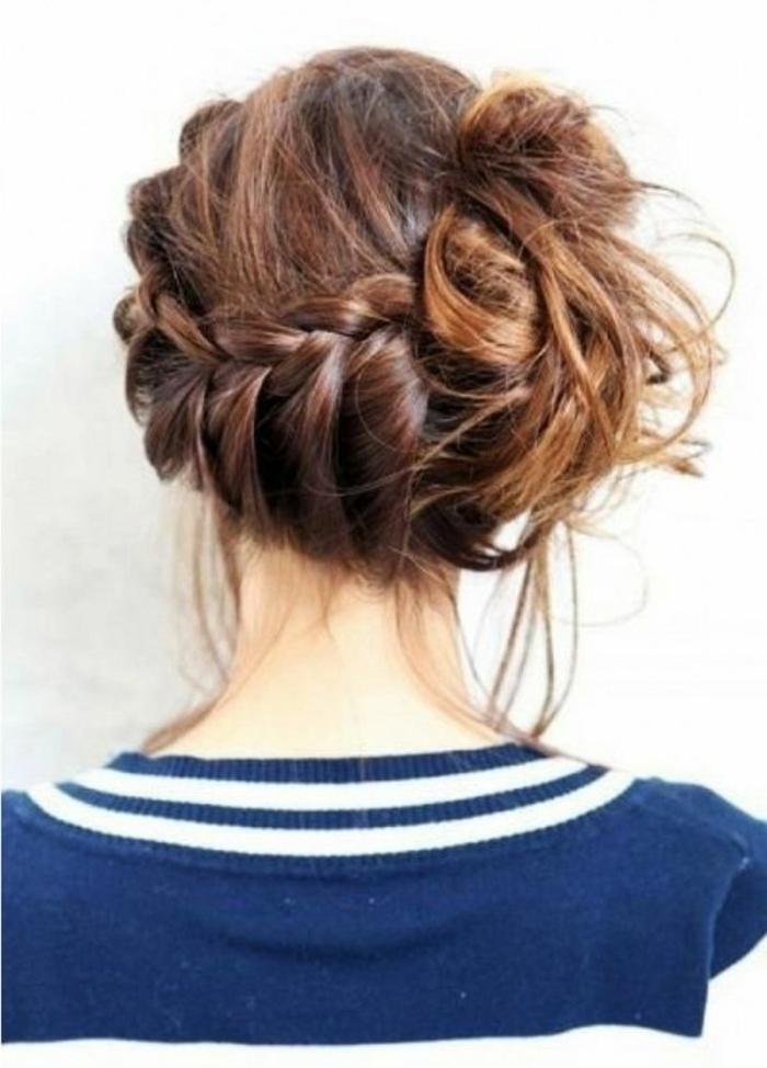 chignon rapide tressé et mis sur le côté, une coiffure facile et loose
