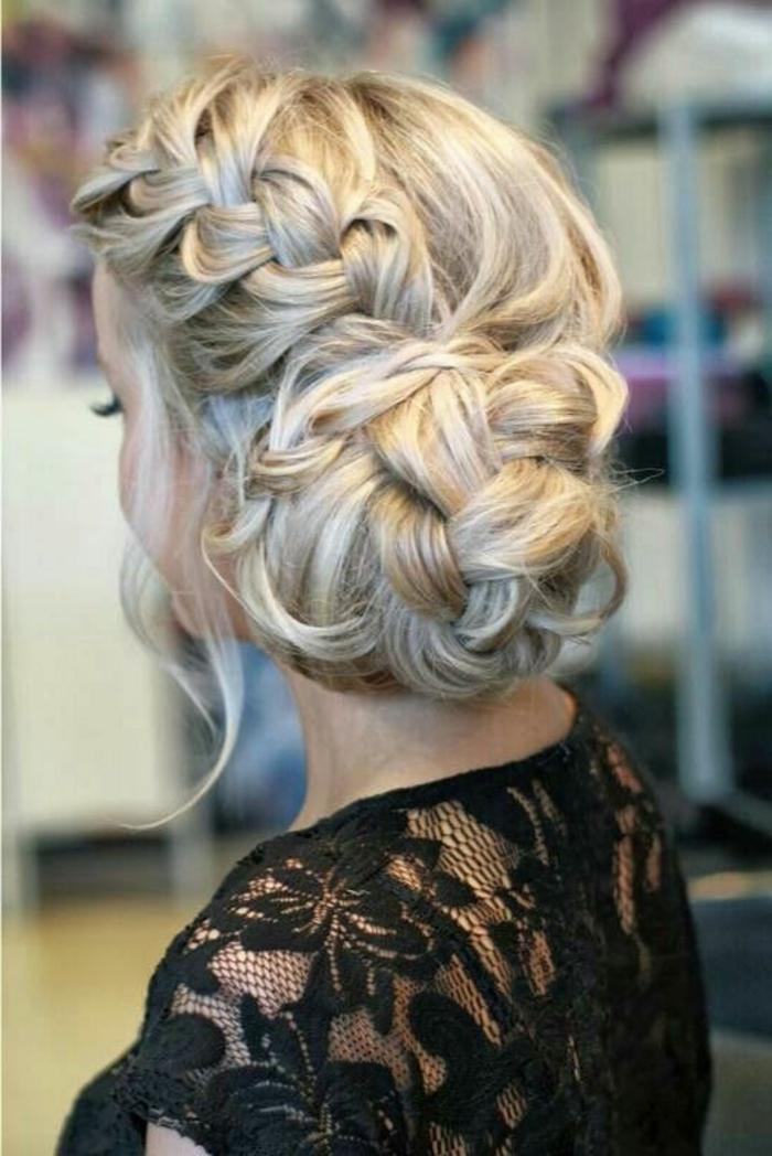 chinon rapide cheveux blonds, bouse noire en dentelle et chignon tressé