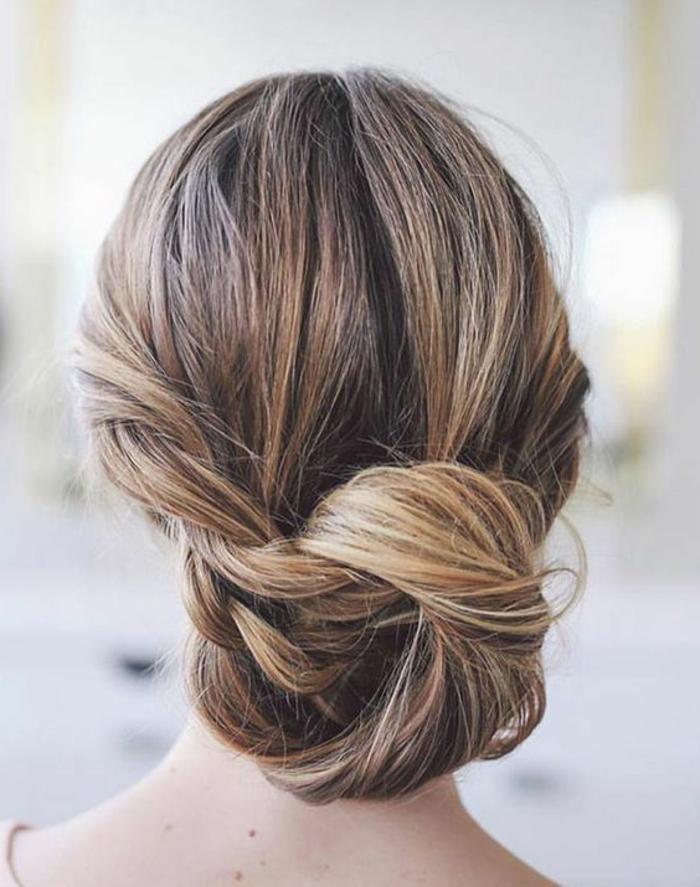 chignon simple, chignon bas tressé et enroulé, cheveux couleur chataîn
