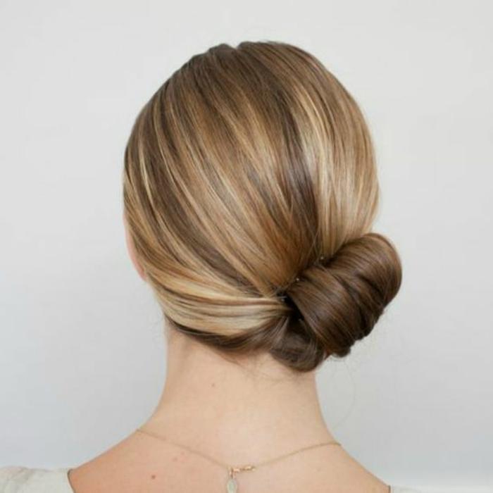 chignon simple, chignon de côté avec cheveux lisses, coiffure diy élégante