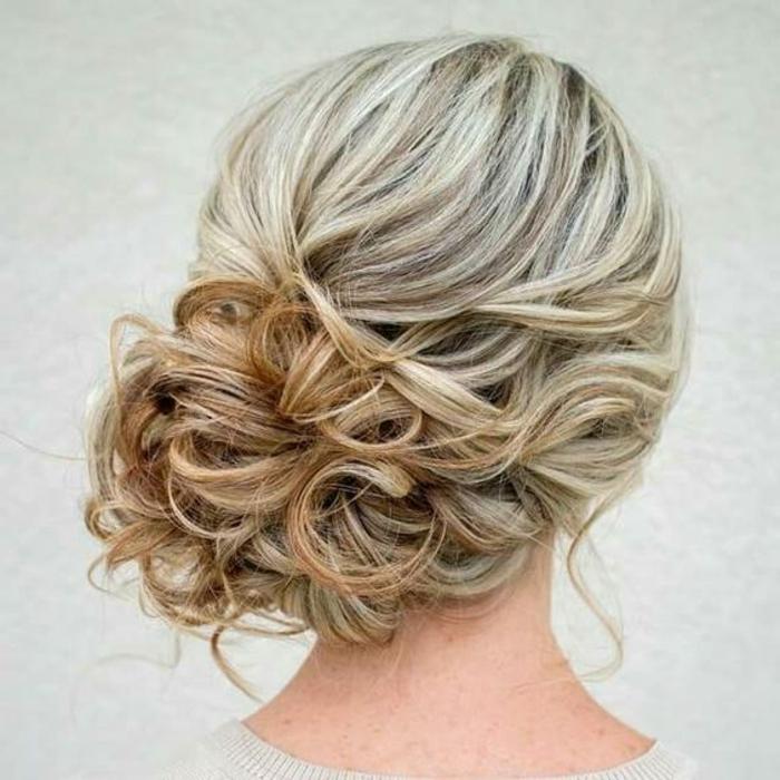 chignon simple, chignon de côté cheveux blonds et frisés