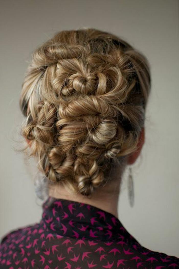 chignon simple, coiffure élégante avec grandes mèches tordues
