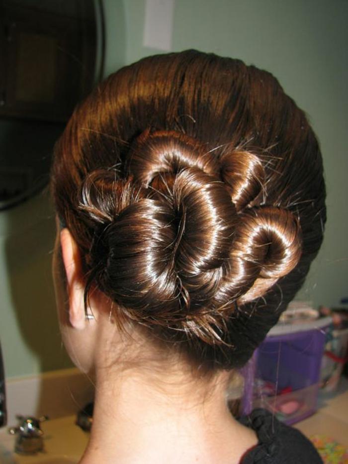 coiffure chignon facile, cheveux longs et brillants enroulés