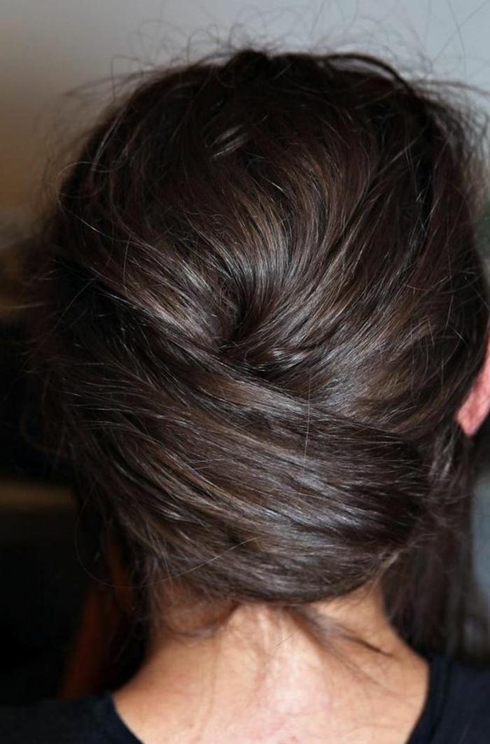coiffure chignon facile, cheveux croisés couleur chataîn, chignon bas