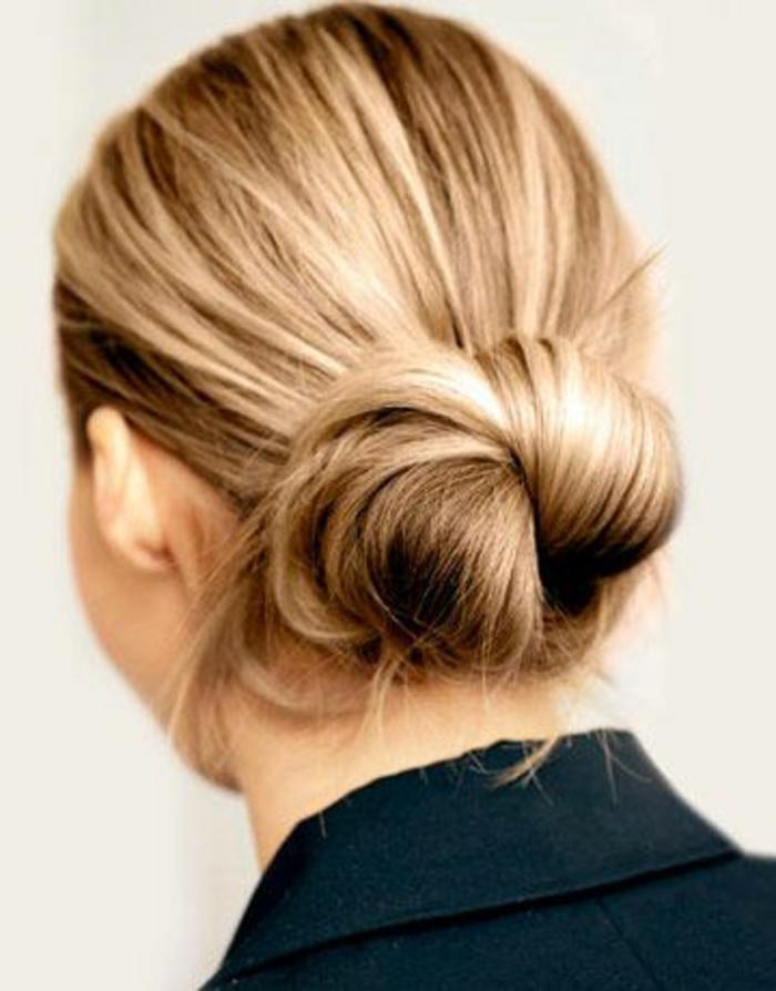 coiffure chignon facile, noeud de cheveux bas, cheveux blonds