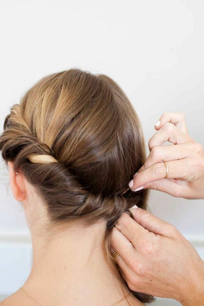coiffure chignon facile, chignon enroulé avec des cheveux chataîns