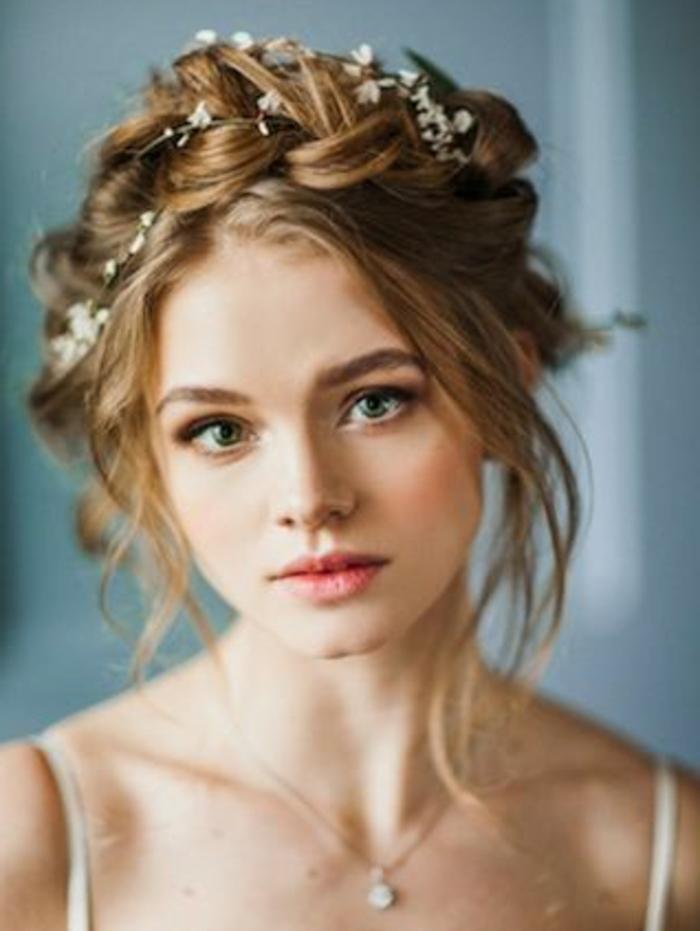 idée de coiffure mariage élégante, couronne de tresse avec petites fleurs blanches accessoire, mèches rebelles autour du visage