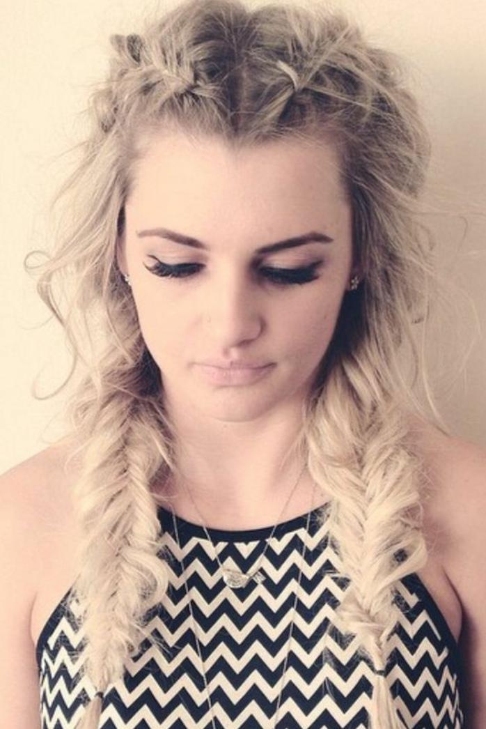 modèle coiffure bohème femme, tresse épi sur le coté, deux tresses, cheveux blond cendré, mèches rebelles