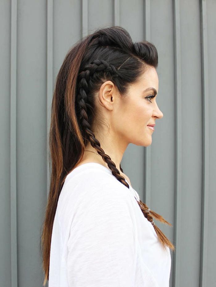 femme viking, volume en haut, tresses sur le côté, cheveux noirs raids, frange en arrière