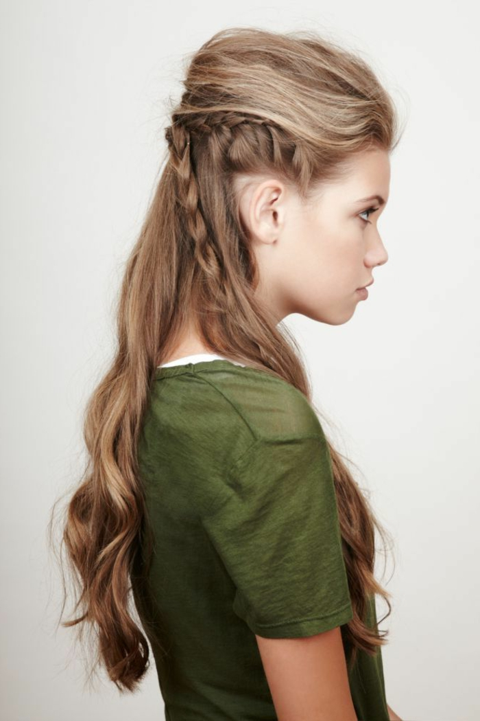 femme viking, volume en haut, cheveux brune bouclés, t,shirt vert,