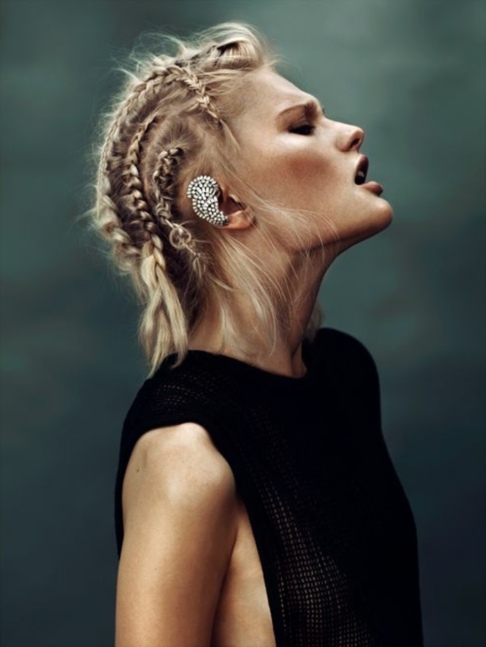 tresse viking, coiffure en inspiration lagertha, accessoire en argent, cheveux blonds tressés