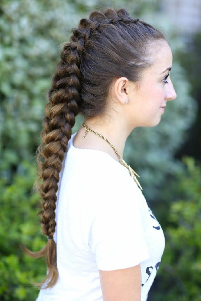 femme viking, cheveux longs et brunes, mèches blondes, coiffure tressée, collier ethnique, t-shirt blanc