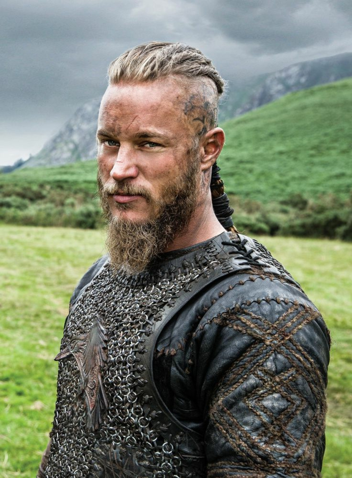coupe de cheveux viking, tenue celtique, barbe longue, undercut, queue de cheval, Ragnar Lorthbrok