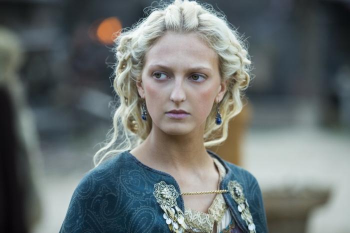 femme viking, boucles d'oreilles bleus, robe bleue avec décoration en or, cheveux blonds