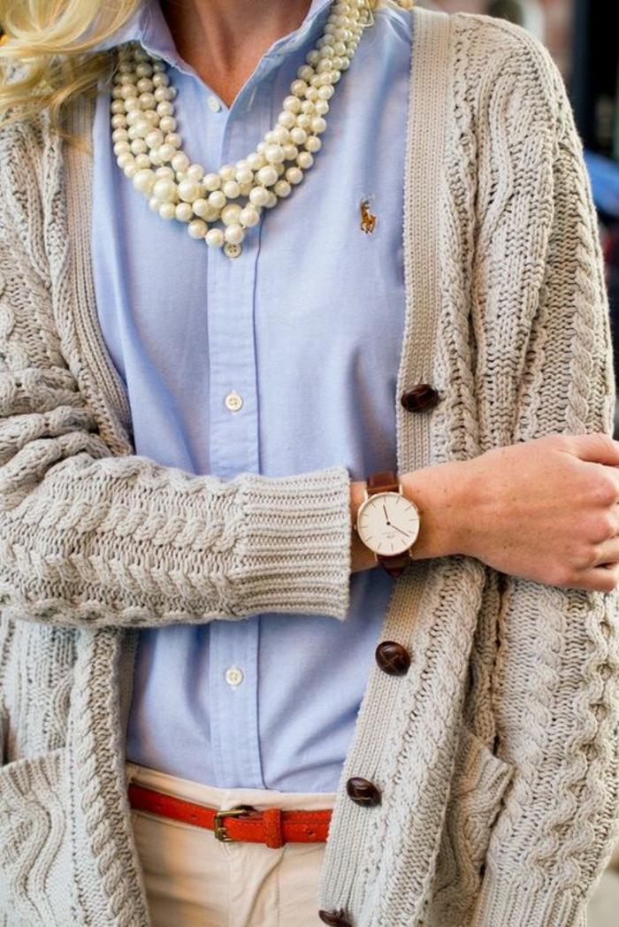 collier de perles avec un chemisier Ralph Lauren en couleur bleue porté avec une montre classique