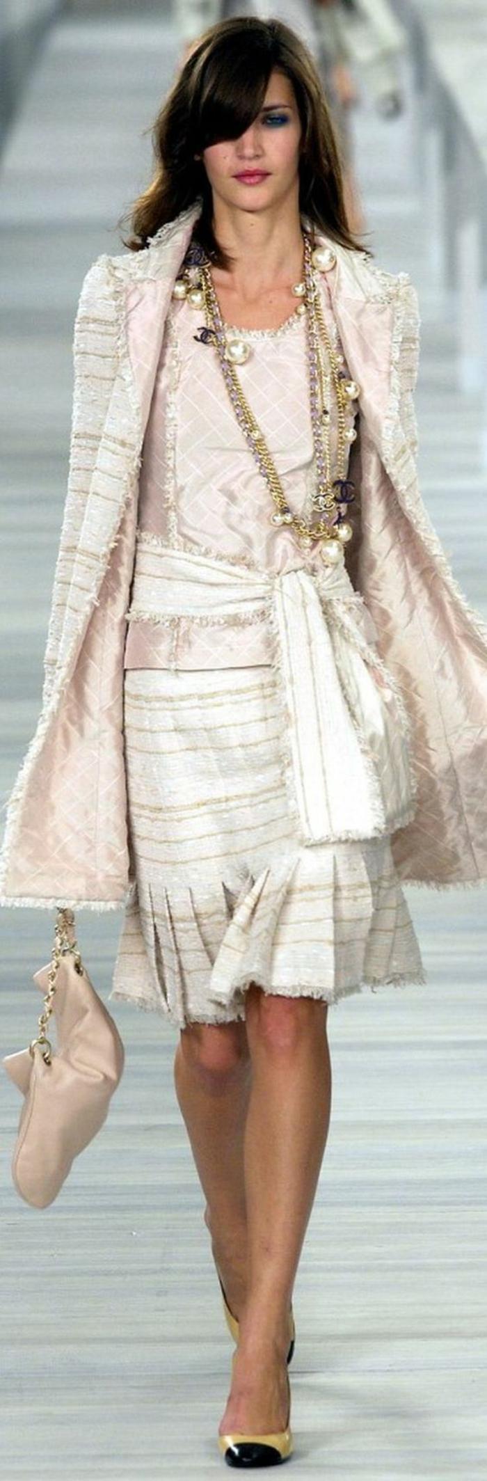 collier de perle avec une tenue habillée Chanel en rose et blanc