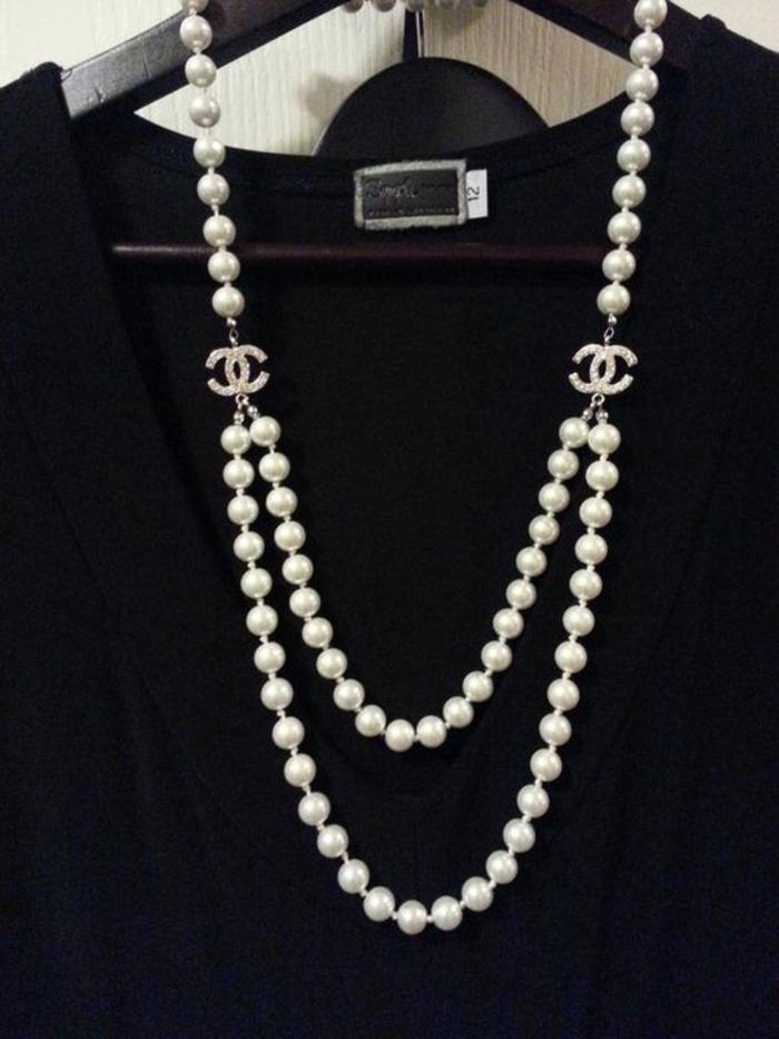 collier de perle au sautoir Chanel prolongé avec deux logos de la marque