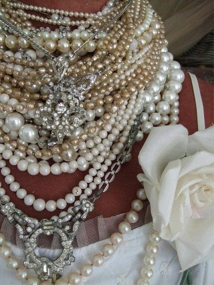 colliers perles de culture avec le cou entièremet couvert portés sur une robe de mariée rose blanche