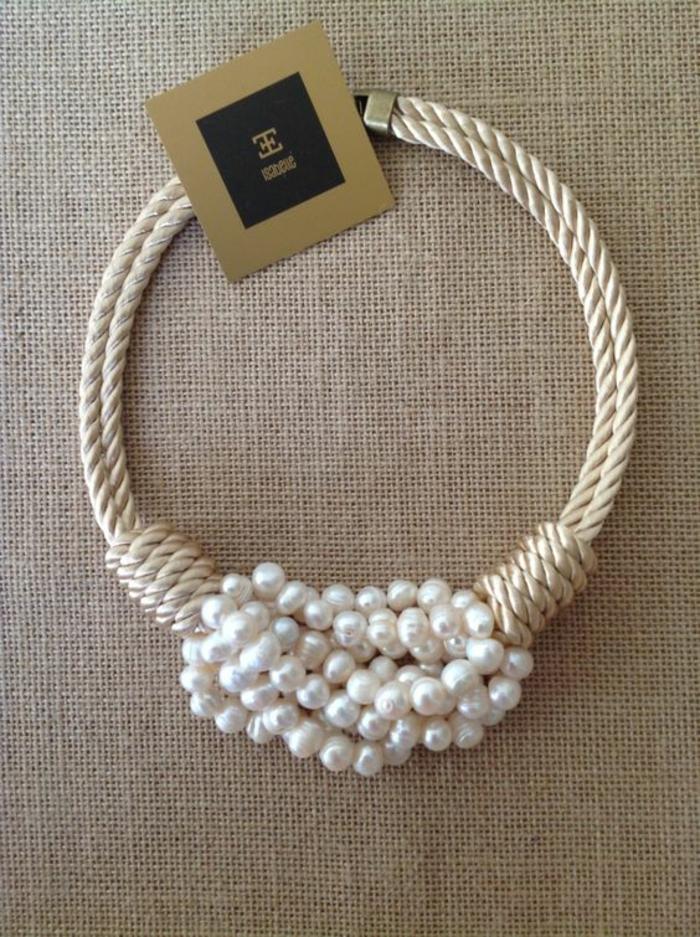 collier en perles avec partie tressée fil en couleur beige ras du cou
