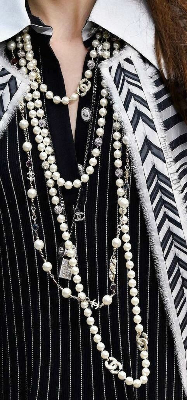 collier perles longs plusieurs tours avec veste et collier blanc