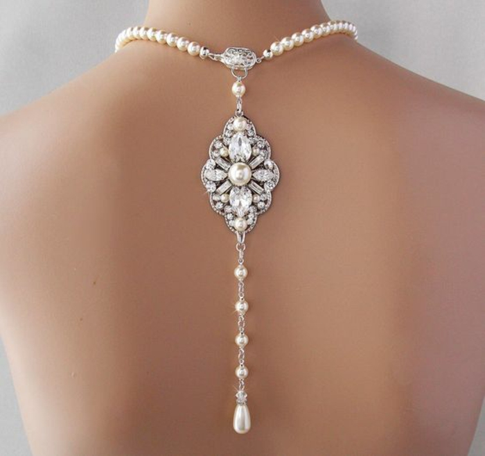 collier en perles avec un élément baroque dans le dos
