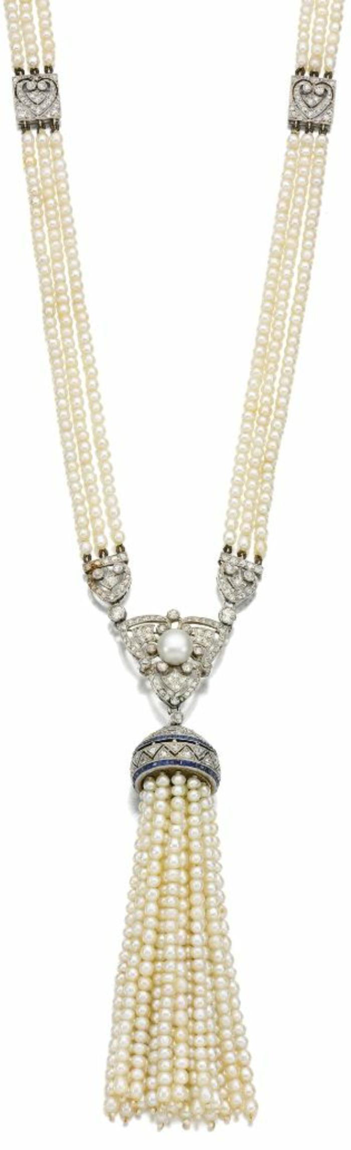 collier perles long de style oriental avec deux motifs coeurs au milieu