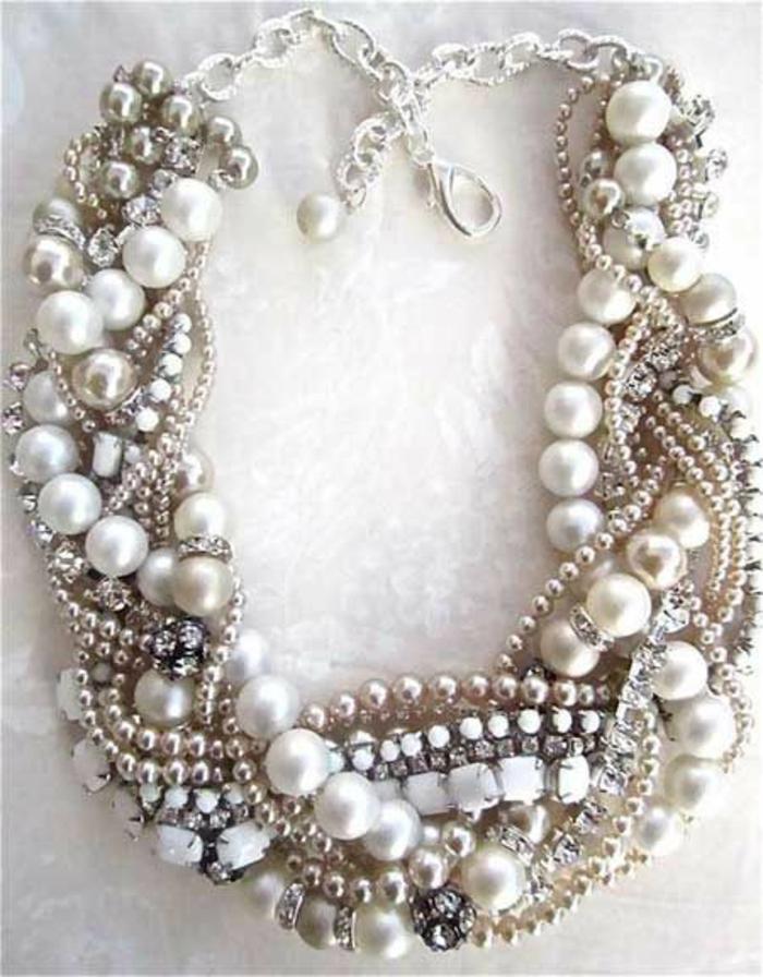 collier perles avec des colliers en strass blanc et de boules métalliques