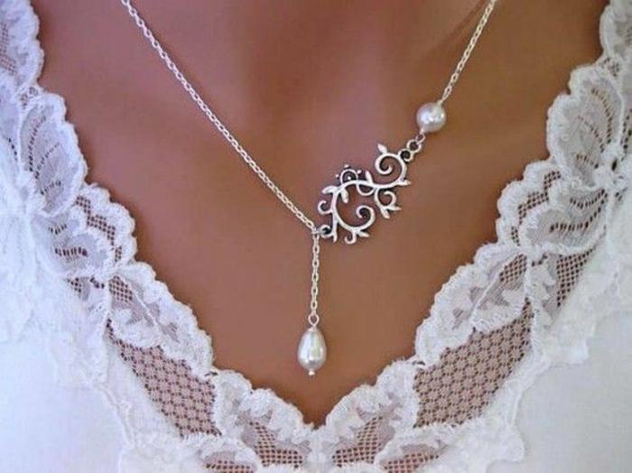 collier perles avec décolleté en dentelle et arabesque en argent