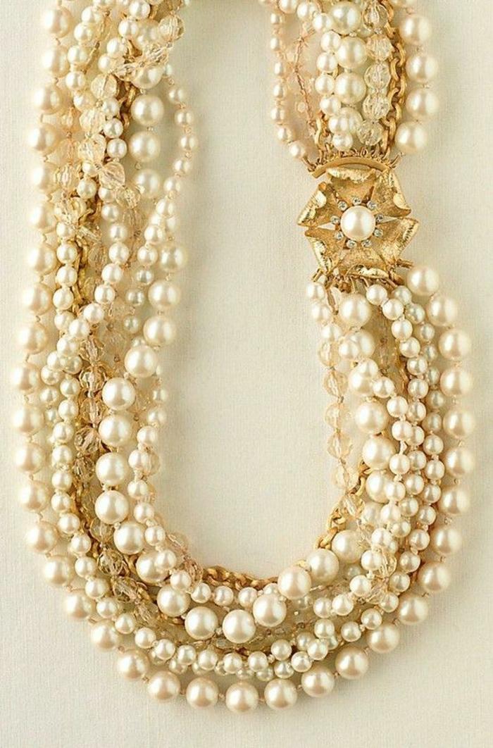 collier de perle de culture avec grand sautoir en forme de fleur dorée qui a dans son centre une grande perle
