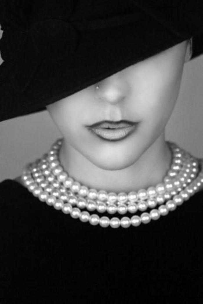 collier perles femme vamp allure classique du noir total avec une grande capeline