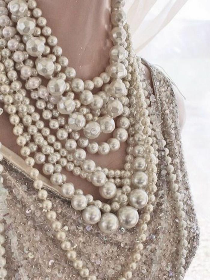 collier en perles toutes tailles avec une tenue en soirée en sequins