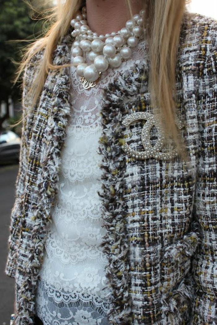 collier perles de culture grandes et blanches court mini et blouse de dentelle blanche pour un look élégant