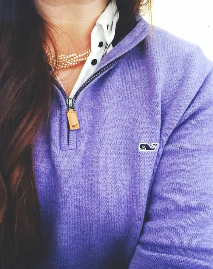 collier de perle tout court avec chemisier à pois en blanc et noir et pull lila