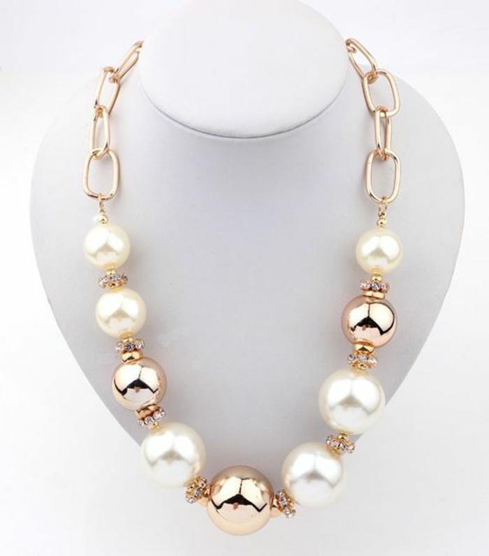 collier de perles synthétiques combinées avec des boules métalliques et des zirconiums blancs