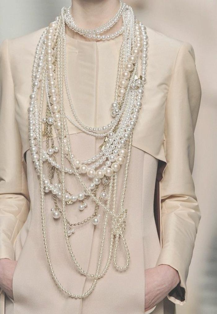 collier de perles toutes tailles et longueurs avec une tenue beige classe