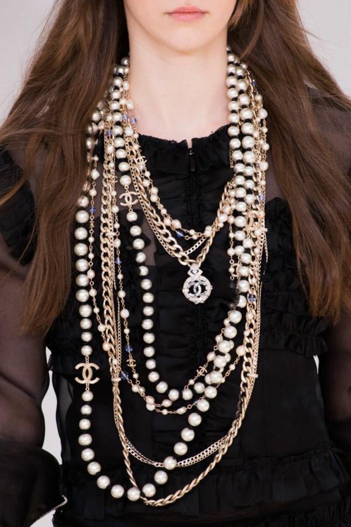 collier de perles porté avec plusieurs chaines en couleur or